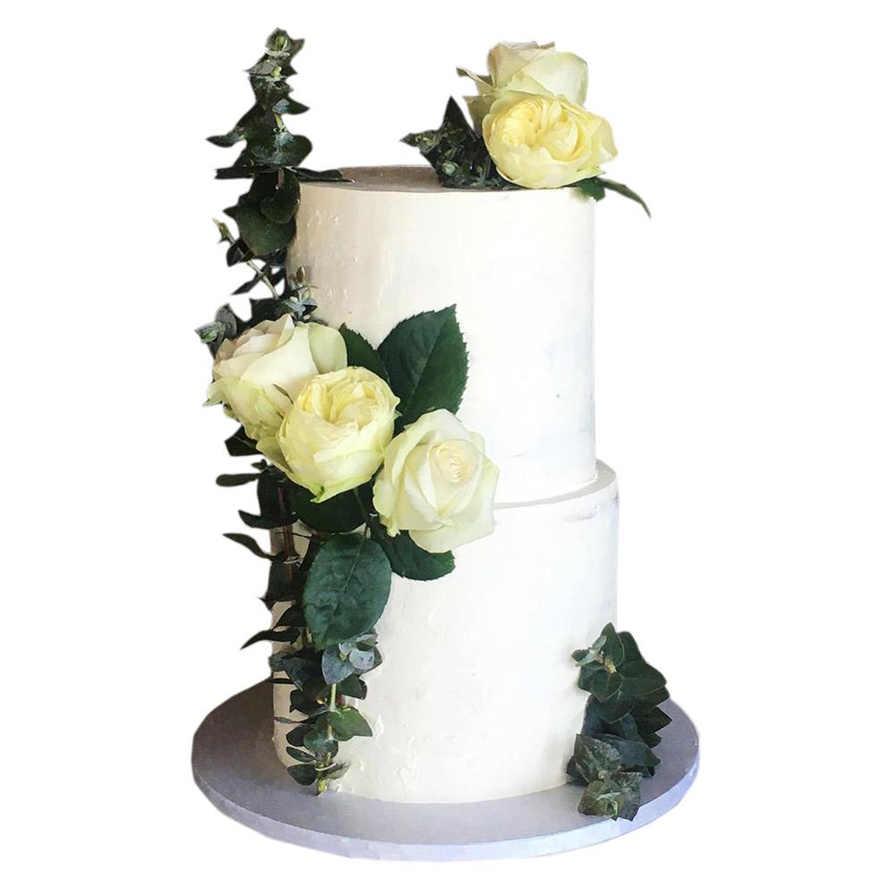 mladenacka torta na dva nivoa sa belim ruzama 3